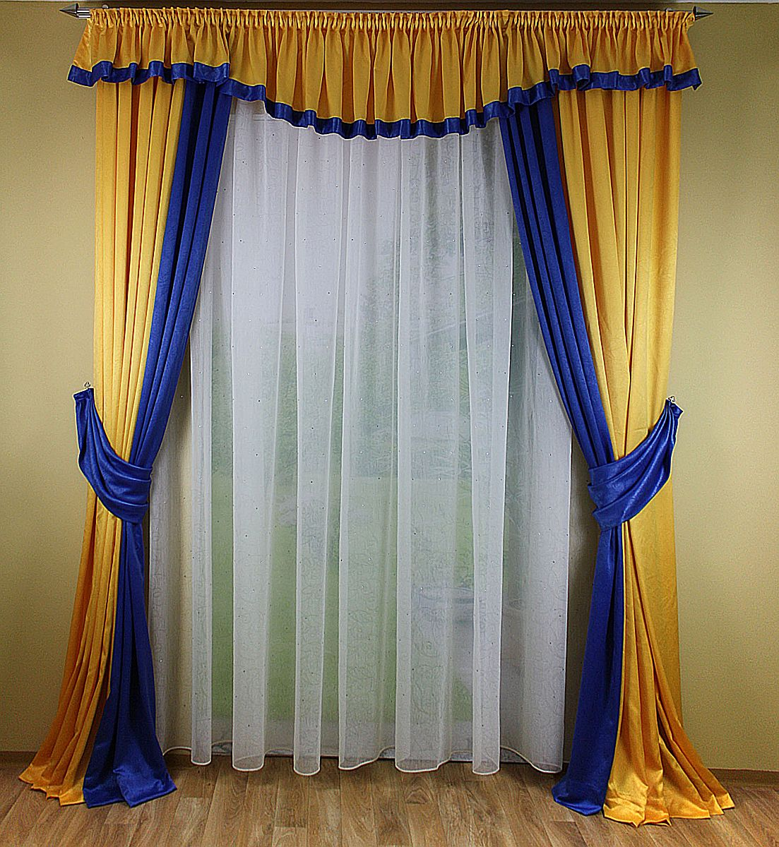 Floral Gardinen Und Pelmet Am: Finished Curtain With Pelmet In Blue And Yellow